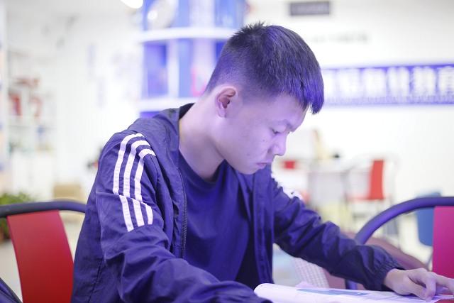 姓名:商傲 年龄:20 籍贯:黄冈 专业:云开发软件工程师 今年20 岁的商傲,本来已经在外工作了三年了,但是由于工作不如意,对生活不满意,他希望改变现状,过